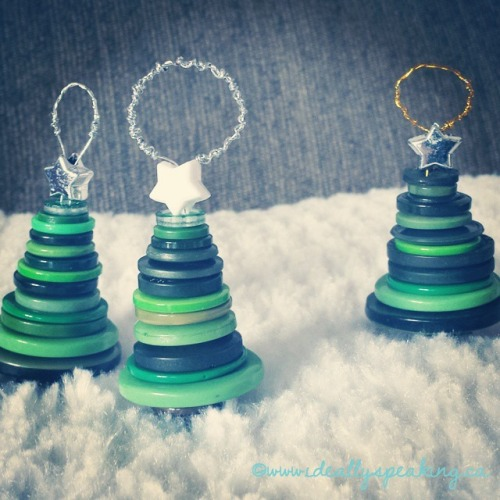 DIY Christmas tree button ornaments. So cute.